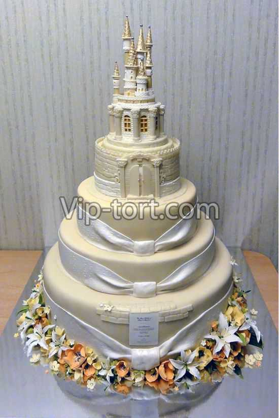 Нарисованный замок на торте