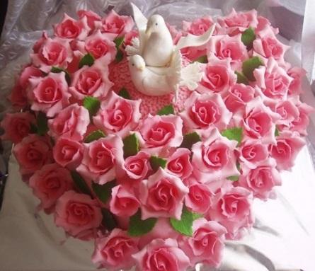 Этот торт голубки в розах вы можете