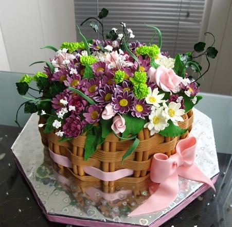 Торты в виде цветов в корзине
