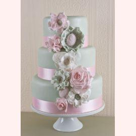 """Торт на 8 марта """"Красивые цветы и брошь"""""""