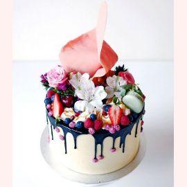 """Торт """"Сочные ягоды и цветы"""""""